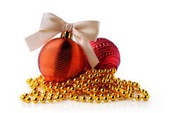 与丝带的金黄和红色圣诞节球鞠躬 免版税库存图片