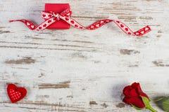 与丝带,红色心脏的礼物和在情人节,文本的拷贝空间上升了 图库摄影