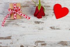 与丝带,红色心脏的被包裹的礼物和在情人节,文本的拷贝空间上升了 免版税库存照片