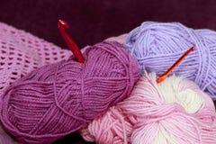 与丝球和钩针编织的背景 库存图片