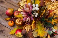 与丝绸花、雪果和秋天le的感恩装饰 库存图片