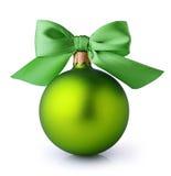 与丝绸丝带弓的绿色圣诞节球 免版税库存照片