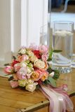 与丝质丝带的婚礼花束 库存图片