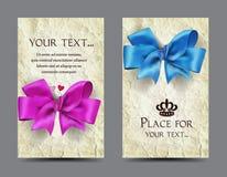 与丝绸弓和老纸背景的卡片 免版税图库摄影