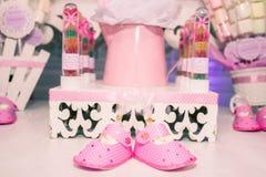 与两三个BABYGIRL& x27的BABYSHOWER; S鞋子 免版税图库摄影