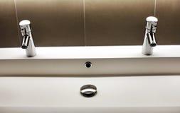 与两个光亮的轻拍龙头的现代kerrock水槽 免版税图库摄影