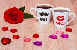 与两个咖啡杯和玫瑰色花的情人节背景 免版税库存图片