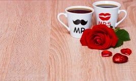 与两个咖啡杯的情人节背景 库存图片
