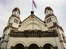 与两个塔圆顶的主闸在Lawang Sewu在三宝垄拍的大厦照片印度尼西亚 免版税库存照片