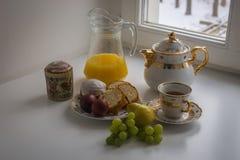 与两个复活节蛋糕、鸡蛋、汁液和茶壶的静物画 库存照片