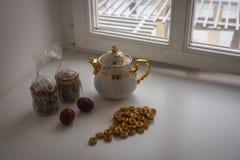 与两个复活节蛋糕、鸡蛋、百吉卷和茶壶的静物画 库存照片