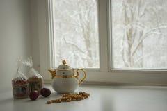 与两个复活节蛋糕、鸡蛋、百吉卷和茶壶的静物画 图库摄影