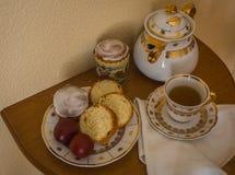 与两个复活节蛋糕、鸡蛋、百吉卷和茶壶的静物画 免版税库存图片