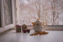 与两个复活节蛋糕、鸡蛋、百吉卷和茶壶的静物画 免版税图库摄影