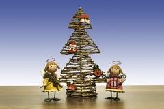 与两个天使的圣诞树弹奏乐器 库存照片