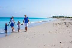 与两个孩子的愉快的家庭暑假 免版税库存照片