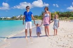 与两个孩子的愉快的家庭暑假 免版税库存图片