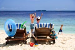与两个孩子的愉快的家庭海滩假期 免版税图库摄影