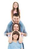 与两个孩子的年轻家庭 免版税库存图片
