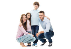 与两个孩子的年轻家庭 免版税库存照片