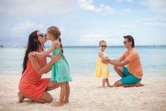 与两个孩子的年轻美丽的家庭在热带 图库摄影