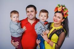 与两个小男孩的愉快的家庭秋天家庭神色的 免版税库存照片