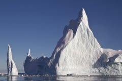与两个峰顶的金字塔冰山在南极州 库存图片