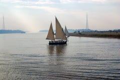 与两个拉丁风帆的客船,特点尼罗河,航行通过河的中心 充分银行植被 免版税库存照片
