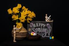 与两个时装模特的愉快的春天复活节彩蛋 免版税库存图片