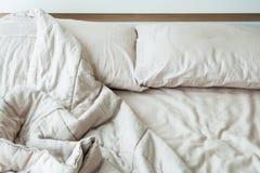 与两个枕头的杂乱床早晨 库存图片