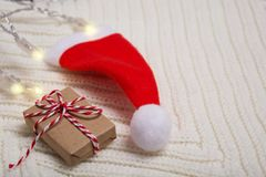 与两个标志的圣诞节概念-礼物和圣诞老人` s帽子 库存照片