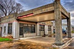 与两个海湾车库Navasota,得克萨斯的被放弃的加油站 图库摄影
