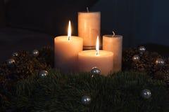 与两个灼烧的蜡烛的出现花圈 免版税图库摄影