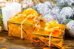 与两个礼物盒的圣诞节安排 免版税库存图片