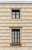 与两个窗口的经典门面 图库摄影