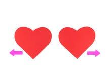 与两个箭头的两红色纸心脏,概念关系 库存图片