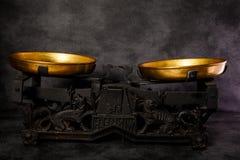 与两个金黄碗的葡萄酒文物的标度 免版税库存图片