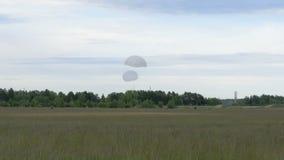 与两个降伞-慢动作60fps的跳伞运动员着陆 股票录像