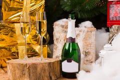 与两个香槟槽的圣诞节静物画 图库摄影