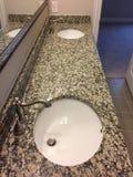 与两个水槽的卫生间设计在一个新房里 库存照片