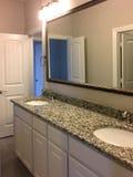 与两个水槽的卫生间设计在一个新房里 免版税库存照片