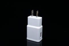 与两个头的白色插座USB充电器 免版税图库摄影