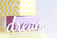 与两件礼物的木题字梦想 库存图片