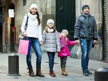 与两儿童摆在的家庭 免版税库存图片