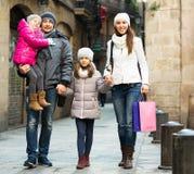 与两儿童摆在的家庭 免版税库存照片