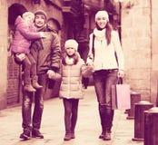 与两儿童摆在的家庭 图库摄影