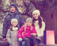 与两儿童摆在的家庭 免版税图库摄影
