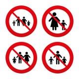 与两儿童标志的家庭 父项和孩子 免版税图库摄影