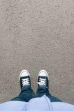 与两双鞋子的沥青,大角度从上面 库存照片