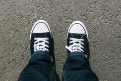 与两双鞋子的沥青,大角度从上面 免版税图库摄影